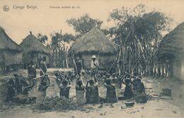CONGO BELGE - CARTE POSTALE FEMMES BATTANT DU RIZ - Congo Belga - Altri