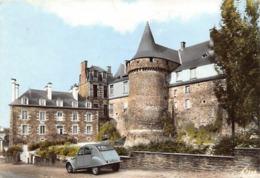 Thème Automobile: 2 Cv  Citroën Garée Devant Le Château De Chateaugiron  35  (voir Scan) - Turismo