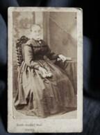 Photo CDV Aug. Josset à Gisors -femme Assise, Petit Bouquet à La Main, Circa 1875 L518 - Alte (vor 1900)
