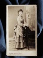 Photo CDV Piquée à Troyes - Jeune Femme En Pied, Jolie Robe à Faux Cul, Circa 1875-80 L519 - Anciennes (Av. 1900)