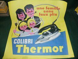 AFFICHE PUBLICITAIRE : UNE FAMILLE SANS FAUX PLIS , COLIBRI , THERMOR - Affiches