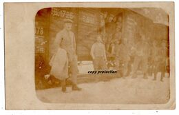 Soldaten Vor Eisenbahn Waggon, Alte Foto Postkarte, Schwache Aufnahme - Eisenbahnen