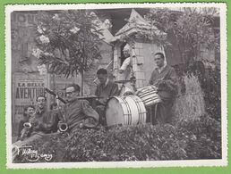 Photographie Originale CARNAVAL Fète Orchestre Groupe De Jazz Saxophone Moulin à Vent à Situer Animé Photo Signé - Photos