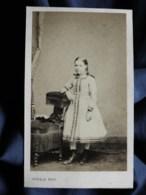Photo CDV Persus à Paris - Fillette Avec Tresses, En Pied, Second Empire Circa 1865 L519A - Oud (voor 1900)