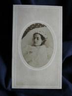 Photo CDV Seguin à Ste Foy La Grande - Post Mortem, Jeune Fille Avec Couronne De Fleurs, Circa 1880 L519A - Fotos