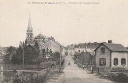CPA:MAURE DE BRETAGNE (35) ARRIVÉE ET PASSAGE À NIVEAU....ÉCRITE - Other Municipalities