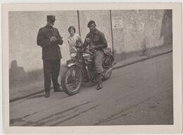 Rare Photo Originale D'un Gendarme Dressant Une Contravention à Un Motocycliste  Motoconfort  Tour De France  1935 - Professions
