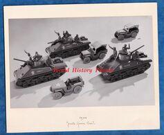 Photo Ancienne - Superbe Cliché De Jouet Sur La Libération De Paris / 2e DB - 1944 - Char Romilly / Favorite / Jeep - Guerra, Militares