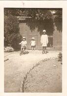 Photographie De Vendée, Enfants Dans Un Jardin De Fontenay-le-Comte (85), 91 Rue De La République, Cliché De 1931 - Luoghi