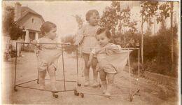 Amusante Photographie Ancienne, Enfants En Liberté Dans Des Parcs Sur Roues, Cliché Vers 1930 - Photographs