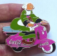 Pins SUPERBE GRAND PIN'S COCA COLA,BECASSINE SUR VESPA, MESURE 5cm FINITION DORE, Voir Les 2 Photos - Comics