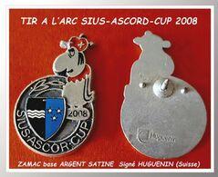 SUPER PIN'S TIR à L'ARC SUISSE : SUIS ASCORD CUP 2008 ZAMAC Satiné ARGENT Signé HUGUENIN, Format 2,3X2,3cm - Tiro Con L'Arco
