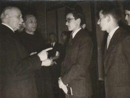 PHOTO (12x9 Cm) MARÉCHAL PÉTAIN AVEC UNE DÉLÉGATION DE JÉCISTE ÉTUDIANT CHRÉTIEN AVRIL 1948 - Altri