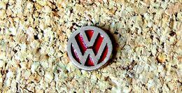 Pin's VOLKWAGEN Logo Fond Rouge ! - Peint Cloisonné - Fabricant Inconnu - Volkswagen