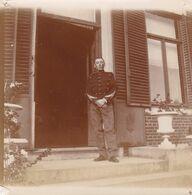Photo Originale 1900  Valet ? Palefrenier ? Militaire ? Soldat Armée Belge ?  Gendarme ? Château De Bouillon Baulers ? - Orte