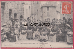 07 - LES CEVENNES PITTORESQUES---Groupe De Dentellieres Dans La Rue D'un Village Cevenol--beau Plan Animé - Ohne Zuordnung