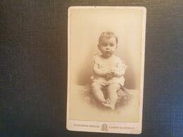 CDV ANCIENNE ANNÉES 1900. PORTRAIT D UN BÉBÉ. PHOTOGRAPHE G. AICARD. VILLE DE MARSEILLE - Fotos