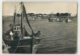 30620 - LORIENT - CPSM - BATEAUX DE PECHE, AU FOND PORT LOUIS - Lorient