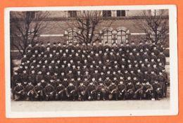 Mi230 Carte-Photo Militaire Groupe De Plus De 100 Militaires Posant à L'intérieur D'une Caserne 1930s - Regimenten