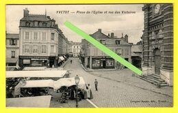 CPM(76.Seine-Maritime) -Yvetot . La Rue Des Victoires, Petite Animation Et  L'on Voie L'église En Font Sur La Droite - Yvetot