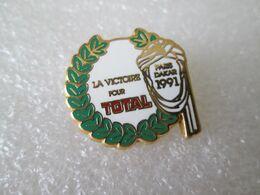 PIN'S    RALLYE  PARIS DAKAR  1991  LA VICTOIRE POUR TOTAL   Zamak  ARCANE - Rallye