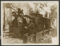 Photo 11 X 8 Cm -  Quelque Part En Afrique. Locomotive Fait Le Plein D'eau Train Sur Voie De 60 Probablement See 2 Scans - Treni