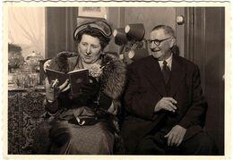 Carte Photographie Originale Portrait De Couple De Fumeurs Belge à La Lecture Par Le Studio Dumont à Bruxelles Vers 1950 - Anonyme Personen