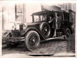 2 Photographies Originales, Jolie Jeune Femme & Sa Fille Sur Le Marche Pied D'une Automobile Tacot à Identifier En 1929 - Auto's