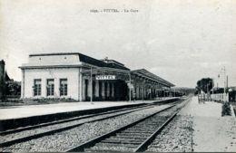 N°3786 -cpa Vittel -la Gare- - Bahnhöfe Ohne Züge