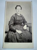 Photo CDV Second Empire - Jeune Femme Assise - Circa 1865 - Photo De Belle à SAINT OMER (62) - TBE- BE - Ancianas (antes De 1900)