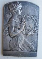 Médaille Une Femme Tenant Une Couronne Par Kautsch Heinrich - Altri