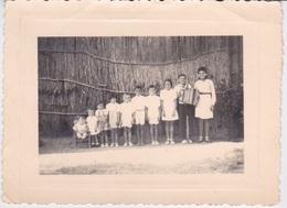 PHOTOGRAPHIE AUTHENTIQUE - FAMILLE DE LA REUNION  DE VILLELE  DEVANT UNE CASE EN PAILLE - Places