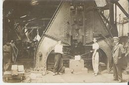 CORBEIL ESSONNES.  Photo Originale 11,5 X 17 Cm Prise Avant 1914 Usine Decauville Le Marteau Pilon Et Les Ouvriers - Luoghi
