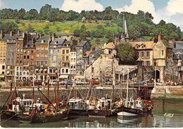 14 - Honfleur - Les Bateaux De Pêche à Quai Dans L'avant Port Et Les Façades Typiques Du Quai Sainte Catherine - Honfleur