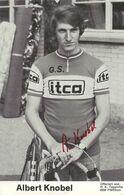 CARTE CYCLISME ALBERT KNOBEL SIGNEE TEAM ITCA 1973 ( DECOUPE, FORMAT 9,5 X 14,8 ) - Radsport