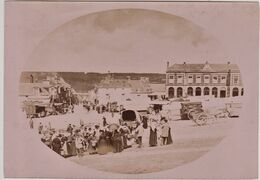 Intéressant Cliché Original Albuminé Du Marché De Balleroy (14) Et De La Place Avec Les Halles Circa 1890/95  Rare - Ancianas (antes De 1900)