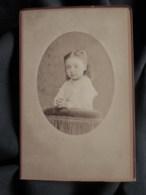 Photo CDV  Touzery à Orléans  Portrait Fillette  Mains Jointes Sur Un Prie Dieu  CA 1880 - L515 - Oud (voor 1900)