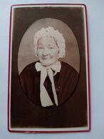 Photo CDV Portrait Vieille Femme En Médaillon - Bonnet - Photo De Emmanuel à DIEUZE (57) - BE - Ancianas (antes De 1900)