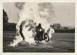Belle Photo 180 Mm X 130 Mm - Années 50 - Moto Acrobatie Vern D'anjou - Equipe Motocycliste De La Préfecture De Police - Sports
