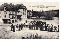 454 - Cantal - RAULHAC - Les Joueurs De Boules Sur La Grand'Place - Sonstige Gemeinden