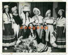 Foto Hombres Y Mujeres Trajes Tipicos Idilio Bambuco Cancion Y Danza Folklore Bogota Colombia - Anonymous Persons