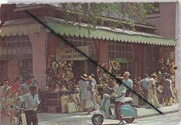 Bahamas ; Nassau In The Bahamas.la Paille De Nassau ...Policier ,scooter,marché Très Animé... - Bahamas