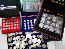 Alle Welt: Ein Karton Voll Mit Diversen Münzen Aus Aller Welt. Überwiegend In Kapseln Oder In Schube - Monete