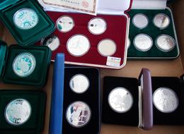 Alle Welt: Kleines Lot Diverser Münzen Mit Olympia Motiv, Dabei Seoul Und Sydney. Überwiegend Silber - Monete