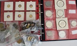 Alle Welt: Ein Album Und Ein Paar Lose Münzen / Medaillen Aus Aller Welt, Teilweise Mit Olympiade Mo - Monete