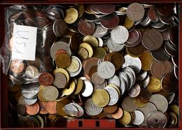 Alle Welt: Eine Alte Geldkassette Mit über 10kg An Münzen Aus Aller Welt. - Monete