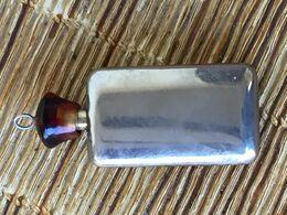 Ancien Pendentif Flacon à Parfum Miniature En Métal, Bouchon Résine - Flacons (vides)