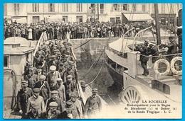 TOP CPA 17 LA ROCHELLE - Embarquement Pour Le Bagne De Dieudonné Et Deboé De La Bande Tragique ° L.C. 1127 ** Forçats - La Rochelle