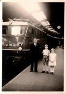 Photo Originale Famille à La Gare Posant Avec Une Locomotive électrique Allemande BR 151 118-9 Deutsche Bundesbahn - Trains