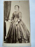 Photo CDV Second Empire - Femme Debout Grande Robe Crinoline - Circa 1860/65 - Photo Peron, St Omer - BE - Ancianas (antes De 1900)
